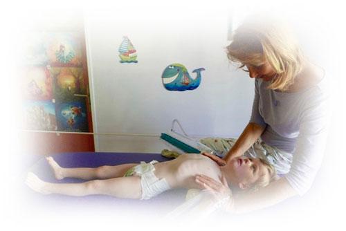 Dítě v polohovací pozici na zádech nacvičuje zrakové funkce.