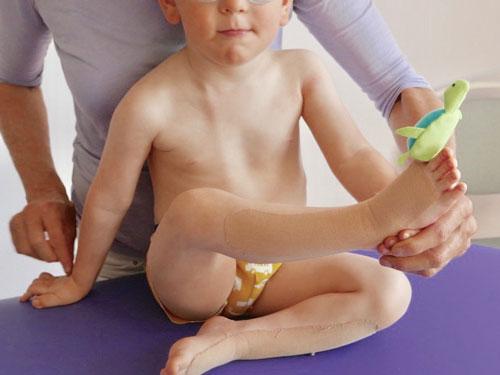 Fyzioterapeutka využívá při cvičení myofasciální techniky.