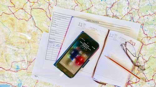 Telefon, diář a mapa s odkazem na kontakty.