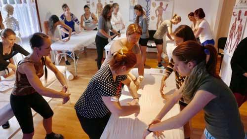 Účastnice kurzu nacvičují pohyby prováděné při synergické reflexní terapii.