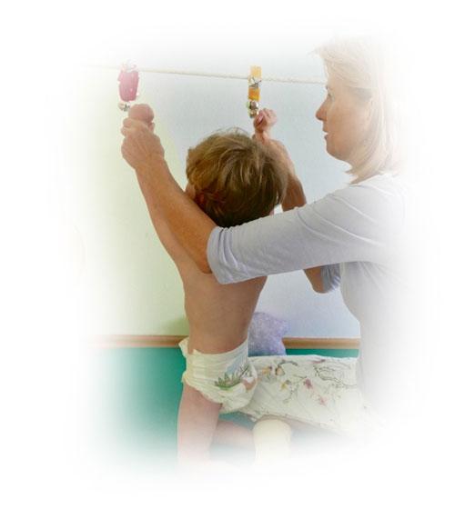 Renata Vodičková vede dítě během neurorehabilitace.