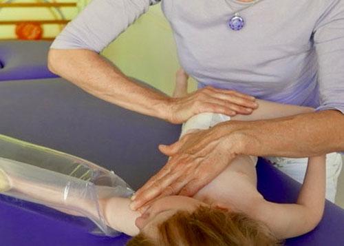 Fyzioterapeutka kombinuje synergickou reflexní terapii spolu se vzduchovou dlahou.