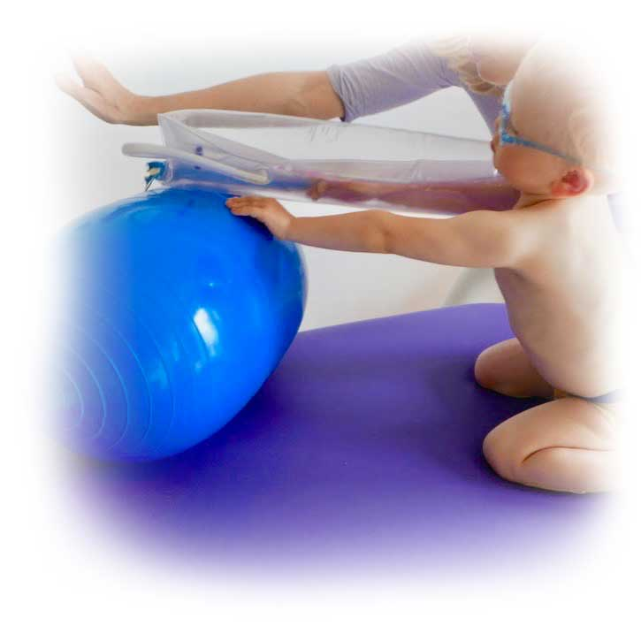 Cvičení na míči za doprovodu terapeutky